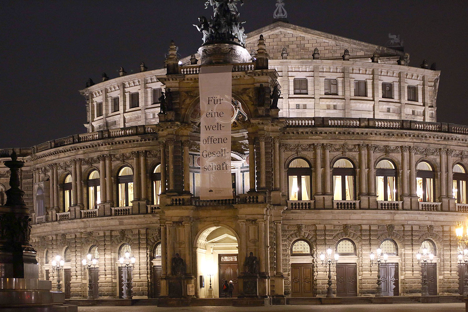 "Banner on the frontside of the Semper Opera Dresden (Semper Oper Dresden) saying ""We support a cosmopolitan society"" (""Für eine weltoffene Gesellschaft"") Foto Daniel Koch, © Semper Oper."